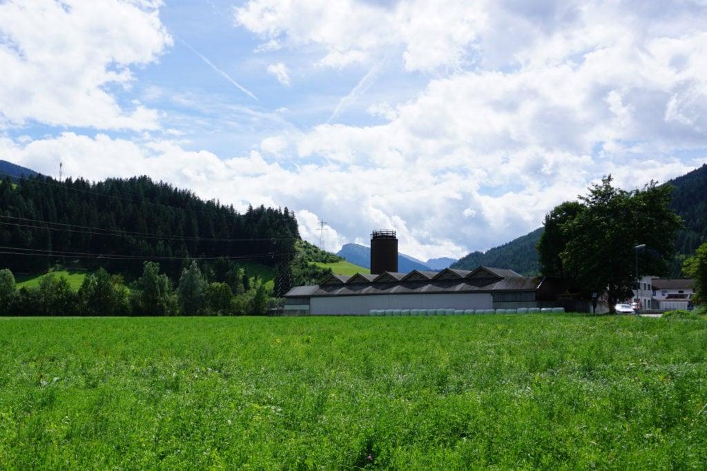 Gewerbegrundstücke sind in Tirol rar. Trotzdem müsst ihr beim Grundstückskauf die Ver- und Entsorgung rechtzeitig berücksichtigen.